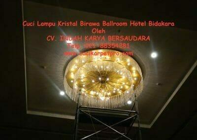cuci-lampu-kristal-birawa-ballroom-05