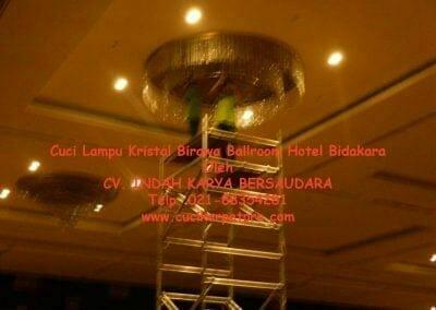 cuci-lampu-kristal-birawa-ballroom-09