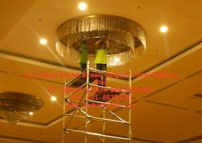 cuci-lampu-kristal-birawa-ballroom-11