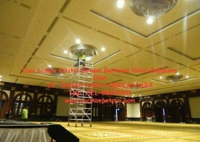 cuci-lampu-kristal-birawa-ballroom-12