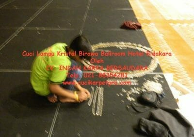 cuci-lampu-kristal-birawa-ballroom-14