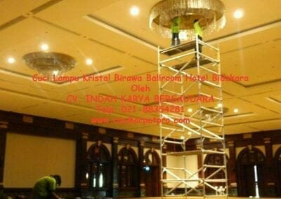 cuci-lampu-kristal-birawa-ballroom-17