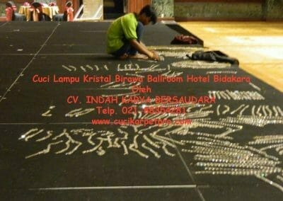 cuci-lampu-kristal-birawa-ballroom-19