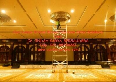 cuci-lampu-kristal-birawa-ballroom-20
