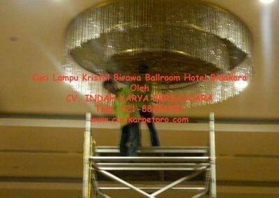 cuci-lampu-kristal-birawa-ballroom-21