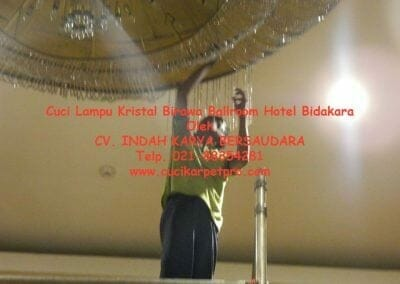 cuci-lampu-kristal-birawa-ballroom-23