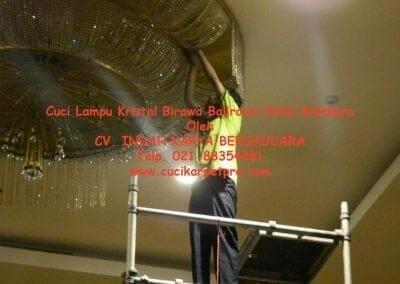 cuci-lampu-kristal-birawa-ballroom-25