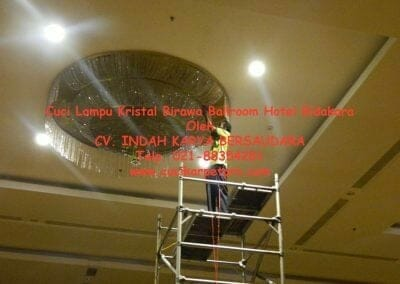 cuci-lampu-kristal-birawa-ballroom-26