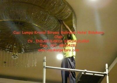 cuci-lampu-kristal-birawa-ballroom-27