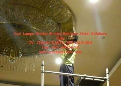 cuci-lampu-kristal-birawa-ballroom-28