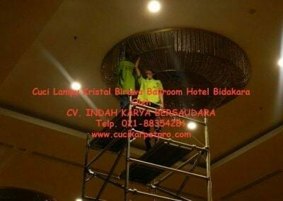 cuci-lampu-kristal-birawa-ballroom-31