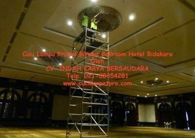 cuci-lampu-kristal-birawa-ballroom-32