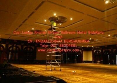 cuci-lampu-kristal-birawa-ballroom-34