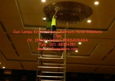 cuci-lampu-kristal-birawa-ballroom-35
