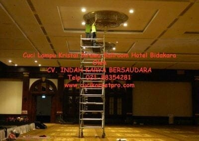 cuci-lampu-kristal-birawa-ballroom-36
