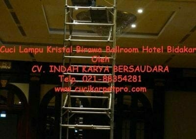 cuci-lampu-kristal-birawa-ballroom-37