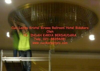cuci-lampu-kristal-birawa-ballroom-38