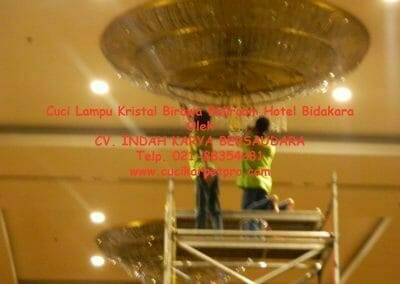 cuci-lampu-kristal-birawa-ballroom-41