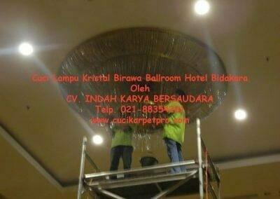 cuci-lampu-kristal-birawa-ballroom-44