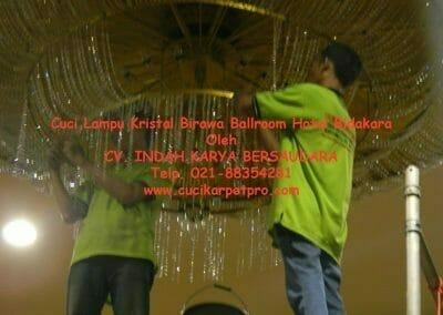 cuci-lampu-kristal-birawa-ballroom-45