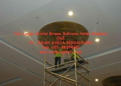 cuci-lampu-kristal-birawa-ballroom-47