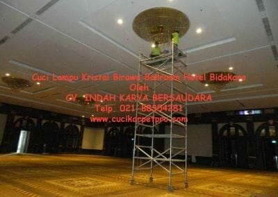 cuci-lampu-kristal-birawa-ballroom-48