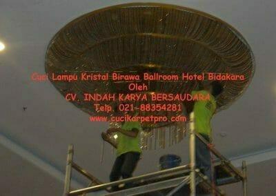 cuci-lampu-kristal-birawa-ballroom-49
