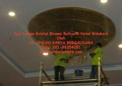 cuci-lampu-kristal-birawa-ballroom-51