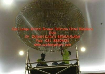 cuci-lampu-kristal-birawa-ballroom-57
