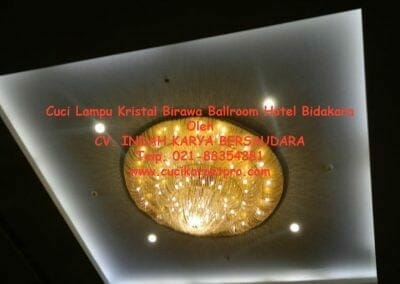 cuci-lampu-kristal-birawa-ballroom-59