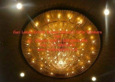 cuci-lampu-kristal-birawa-ballroom-61