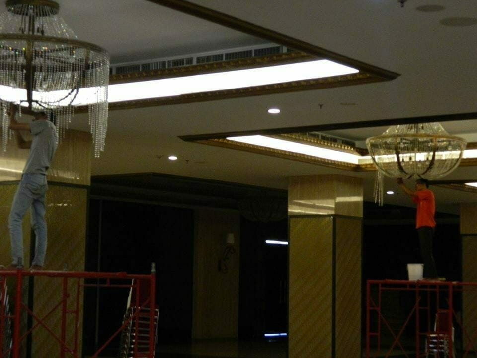 cuci-lampu-kristal-gedung-graha-dirgantara-halim-20