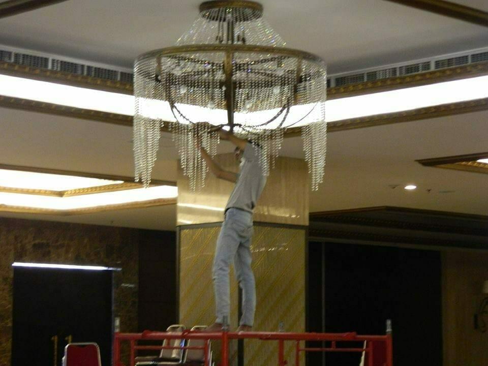 cuci-lampu-kristal-gedung-graha-dirgantara-halim-22