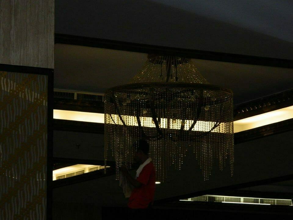 cuci-lampu-kristal-gedung-graha-dirgantara-halim-29