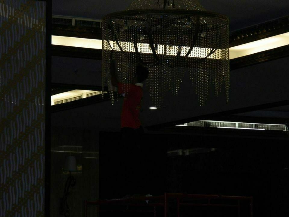 cuci-lampu-kristal-gedung-graha-dirgantara-halim-30
