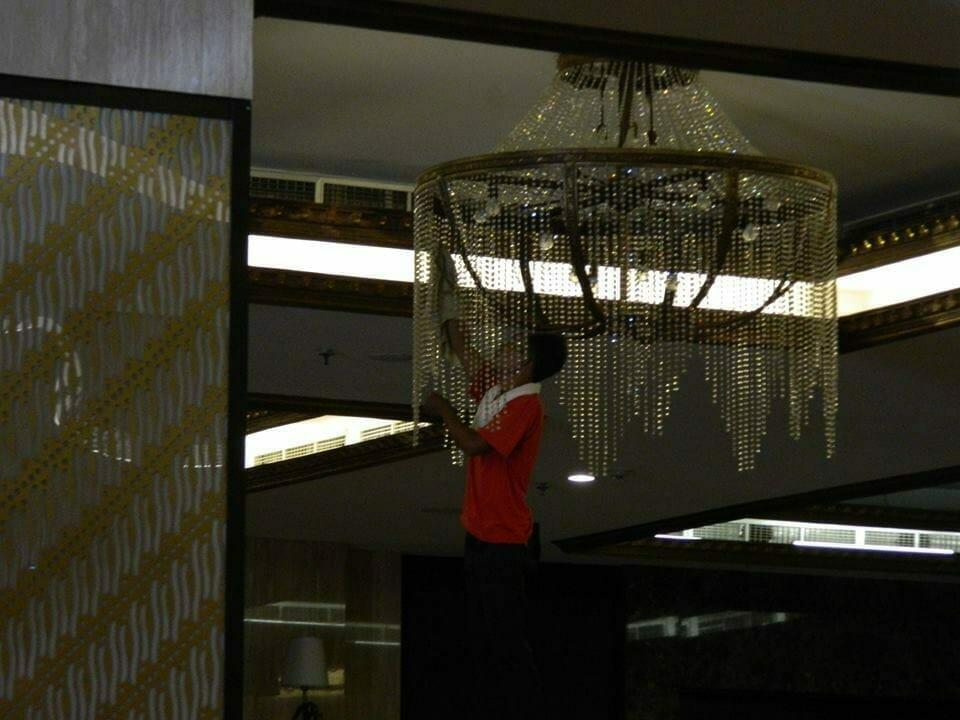 cuci-lampu-kristal-gedung-graha-dirgantara-halim-31