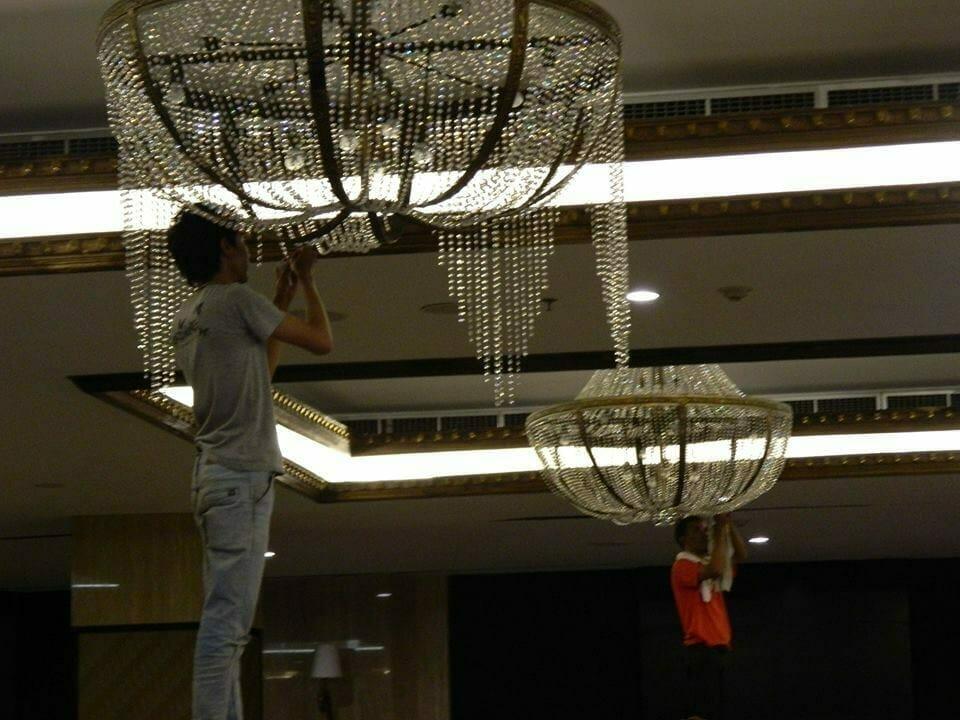 cuci-lampu-kristal-gedung-graha-dirgantara-halim-33