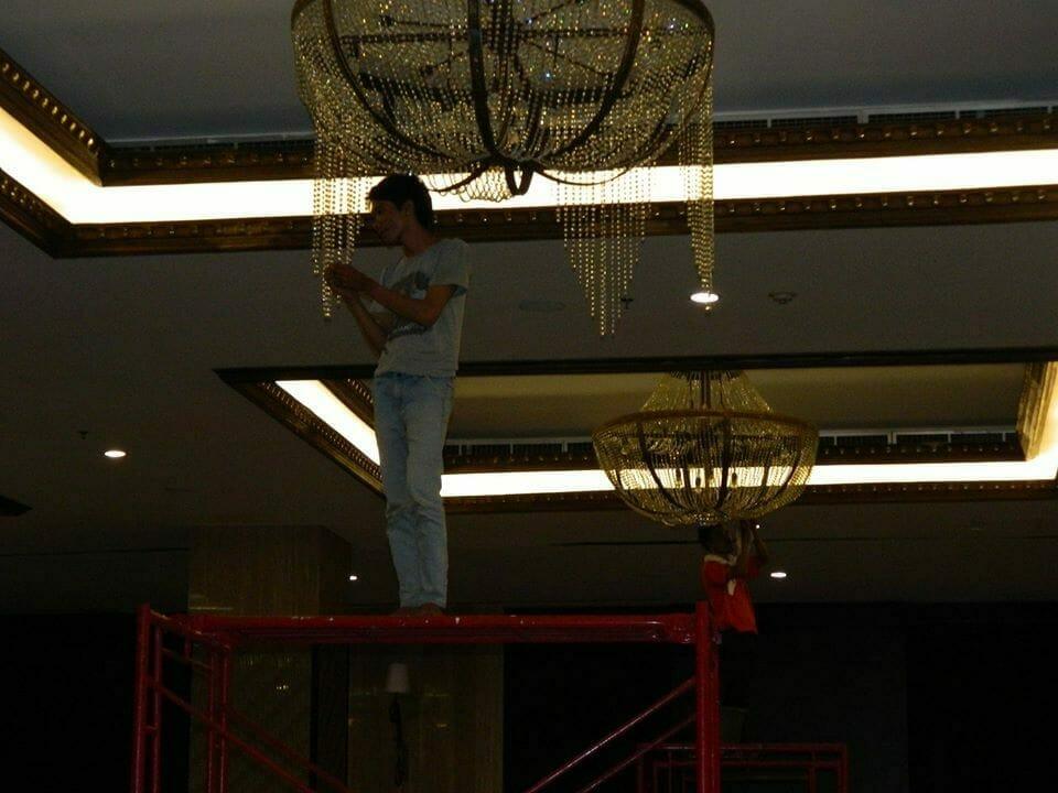 cuci-lampu-kristal-gedung-graha-dirgantara-halim-35