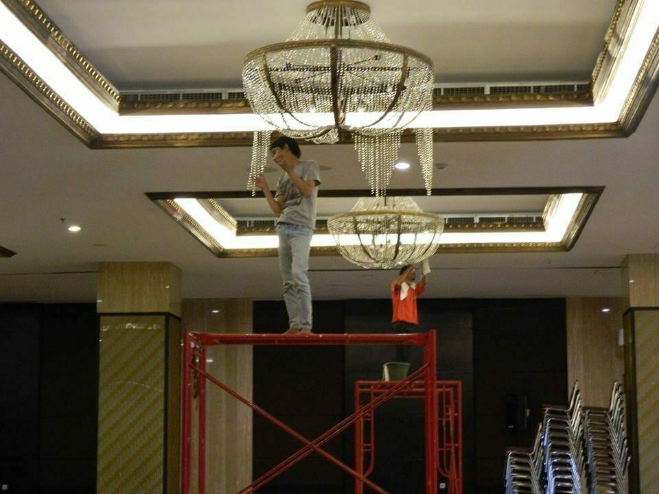 cuci-lampu-kristal-gedung-graha-dirgantara-halim-38