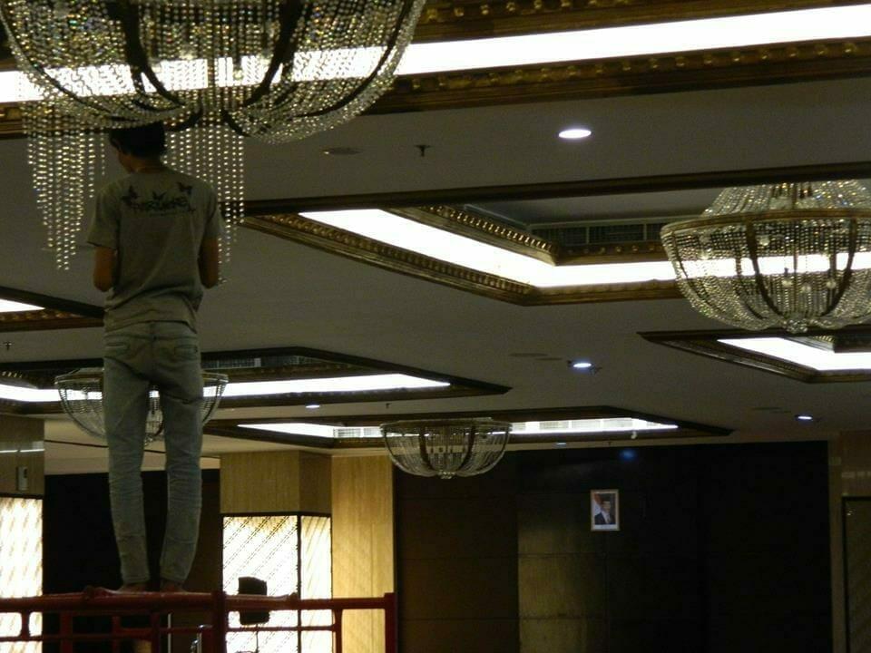 cuci-lampu-kristal-gedung-graha-dirgantara-halim-40