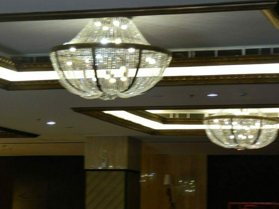 cuci-lampu-kristal-gedung-graha-dirgantara-halim-48