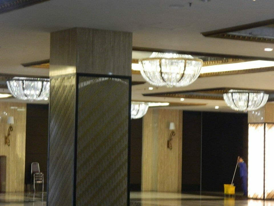cuci-lampu-kristal-gedung-graha-dirgantara-halim-49