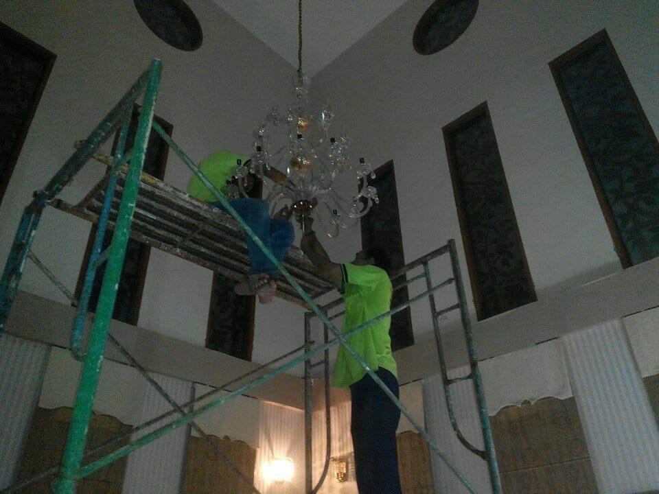 cuci-lampu-kristal-ibu-dewi-02