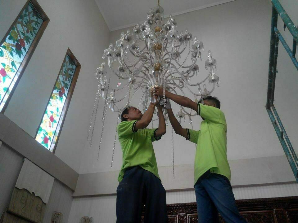cuci-lampu-kristal-ibu-dewi-12