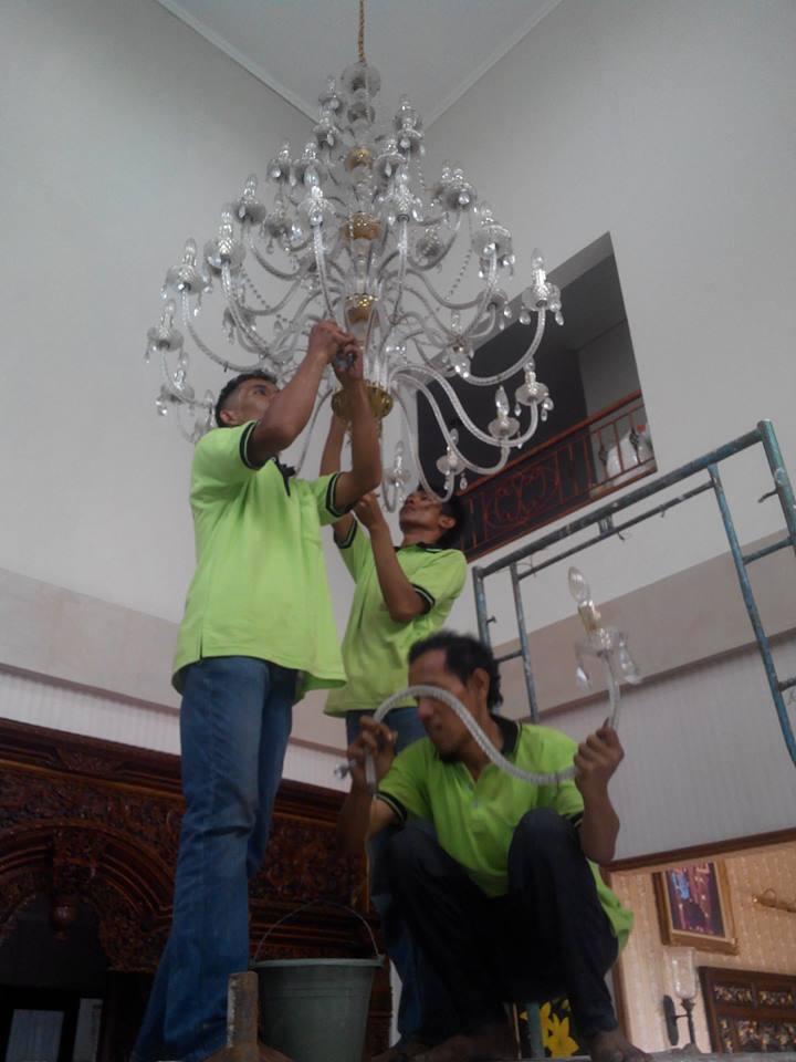 cuci-lampu-kristal-ibu-dewi-13