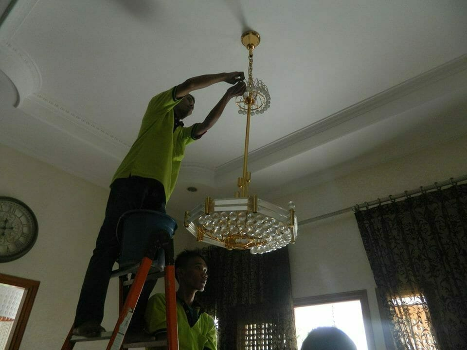 cuci-lampu-kristal-ibu-nadya-04