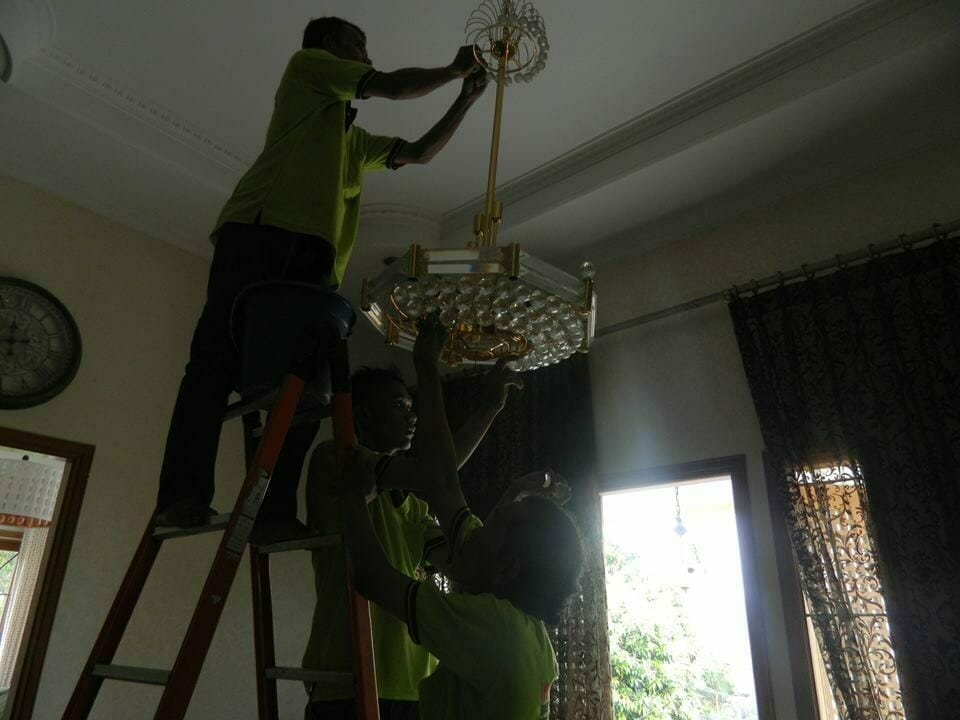 cuci-lampu-kristal-ibu-nadya-05