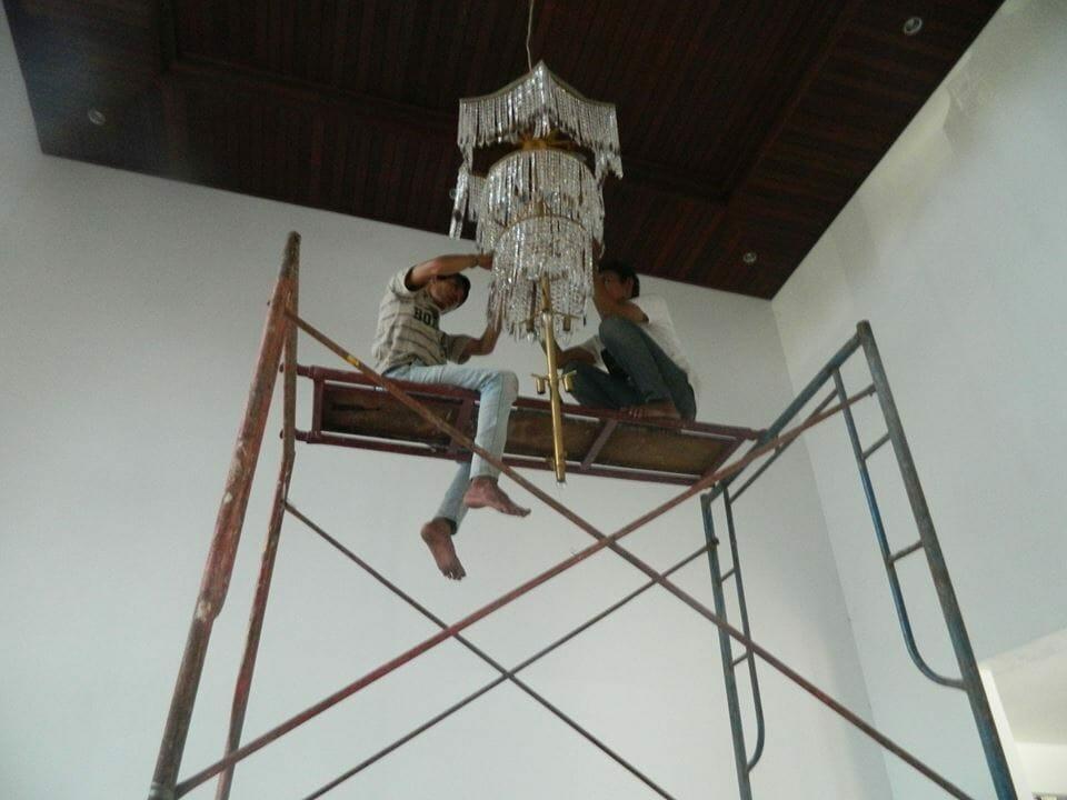 cuci-lampu-kristal-ibu-nani-09