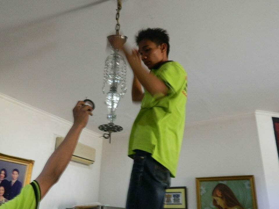 cuci lampu kristal ibu novi-08