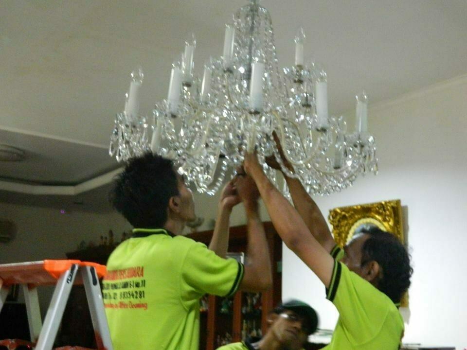 cuci lampu kristal ibu novi-11